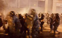 Сотрудники правоохранительных органов во время столкновений с протестующими в Бейруте. Протестующие вышли на антиправительственный митинг с требованиями отставки правительства и реформ.
