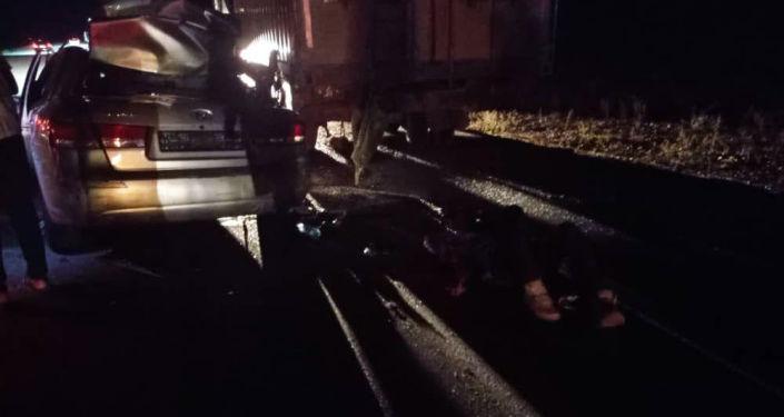 Последствия ДТП между КамАЗ и Hyundai Sonata в Иссык-Кульской области между селами Тору-Айгыр и Чырпыкты