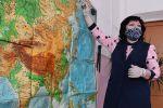 Учитель в защитной маске ведет урок. Архивное фото