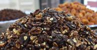 Блюдо с грецкими орехами. Архивное фото