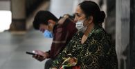 Люди в масках в ожидании транспорта. Архивное фото