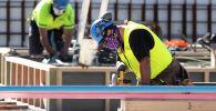 Строители в масках на строительной площадке в первый день снятия ограничений в Веллингтоне. Новая Зеландия