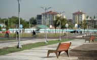 Скамейки в строящемся новом парке в южной части Бишкека