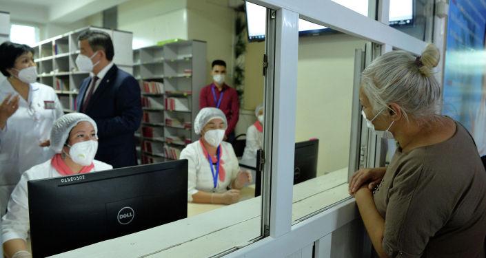Президент КР Сооронбай Жээнбеков во время ознакомления с ходом цифровизации сферы медицины и социальной защиты населения на примере ЦСМ №8 Бишкеке