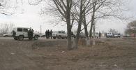 Сотрудники милиции на месте обнаружение тела молодого человека у речки Аламедин в Чуйской области