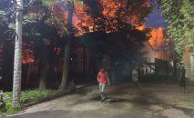 В пресс-службе МЧС сообщили, что поступил вызов о возгорании на пересечении улиц Московской и Раззакова. В 20:40 на место выехал один пожарный расчет.