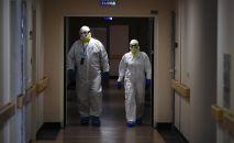 Медицинские работники в одном из отделений госпиталя COVID-19. Архивное фото