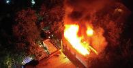 Пожар произошел в здании около пересечения улиц Московской и Раззакова. Пламя тушили три пожарных расчета.
