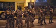 Сотрудники правоохранительных органов во время акции протеста в Минске.