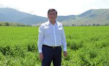 Президент КР Сооронбай Жээнбеков во время посещения фермерского хозяйства. Архивное фото
