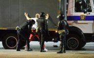 Сотрудники правоохранительных органов задерживают участника акции протеста в Минске.