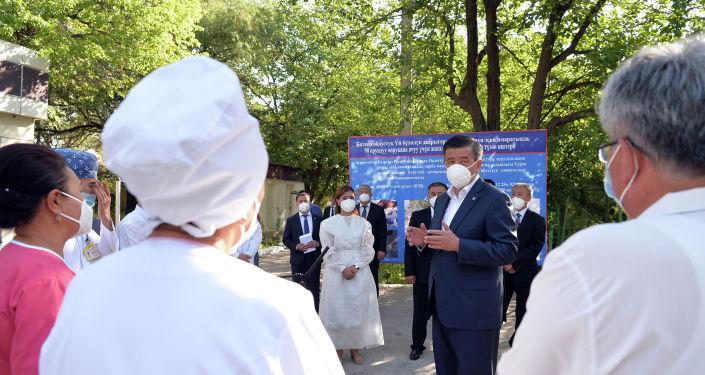 Президент Кыргызской Республики Сооронбай Жээнбеков ознакомился с ходом капитальной реконструкции здания инфекционного отделения Баткенской областной больницы. 12 августа 2020 года