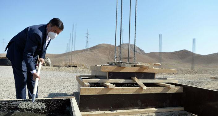 Президент КР Сооронбай Жээнбеков во время ознакомления с проектом по строительству логистического центра в рамках рабочей поездки в Баткенскую область