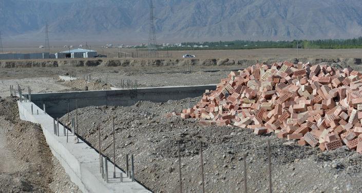 На месте строительства логистического центра по переработке и сортировке баткенского урюка и текстильной фабрики в Баткенской области