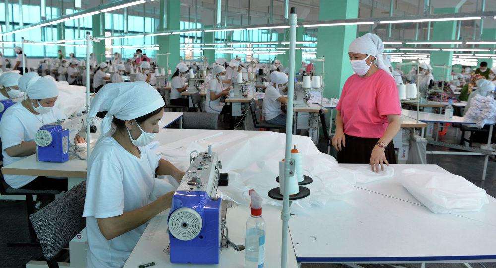 Работники текстильной фабрики компании Cool bros в Кызыл-Кие Баткенской области. 12 августа 2020 года