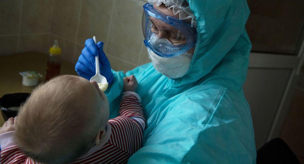 Коронавируска чалдыккан ымыркай менен медик. Архивдик сүрөт