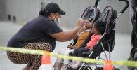 Женщина берет образец из носа ребенка на мобильном тестировании на коронавирус в Университете медицины и науки Чарльза Дрю в среду в Лос-Анджелесе. Архивное фото