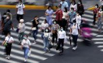 Люди в масках переходят дорогу. Архивное фото