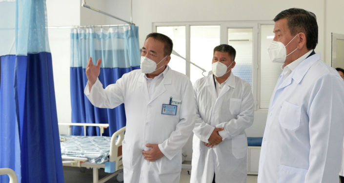 Президент КР Сооронбай Жээнбеков во время ознакомления с деятельностью медицинских объектов Джалал-Абадской области в рамках рабочей поездки