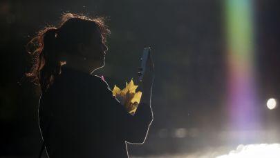 Женщина у Останкинского пруда в Москве.
