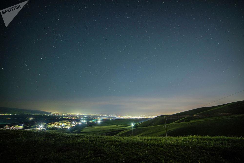 За городом ничего не мешает безмятежно наблюдать за ночным небосводом — ни высокие здания, ни вредные выбросы из промышленных зон