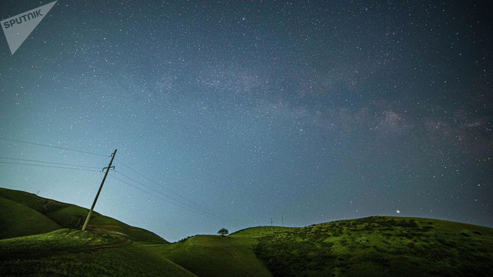 Никакой магии. Для красивого снимка звездного неба вам потребуются штатив, камера с возможностью съемки с длинной выдержкой и пульт дистанционного управления.