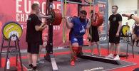 Российский пауэрлифтер Александр Седых получил тяжелую травму колена на чемпионате Европы по версии WRPF, пытаясь выполнить приседание со штангой весом 400 килограммов.