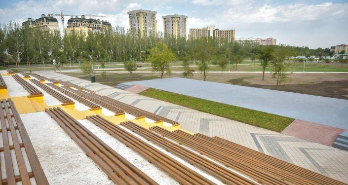 Скамейки в новом парке в южной части Бишкека
