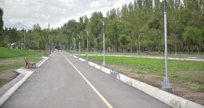 Велодорожка в новом парке в южной части Бишкека