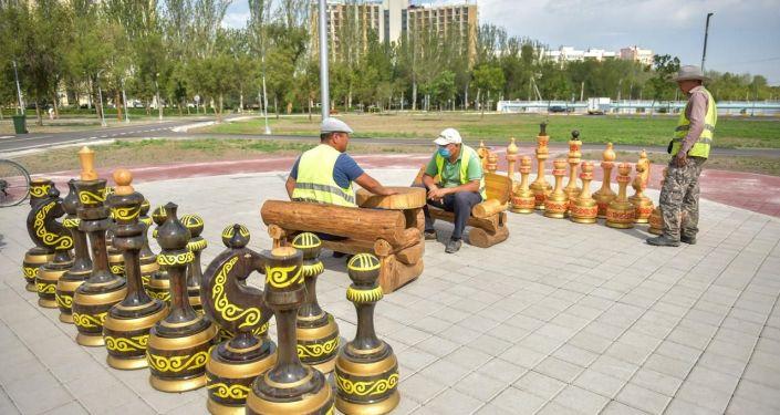 Сотрудники мэрии в новом парке в южной части Бишкека