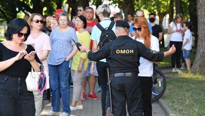 Сотрудник ОМОНа во время митинга оппозиции в Беларуси. Архивное фото