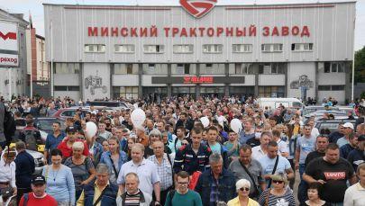 Работники Минского тракторного завода (МТЗ) принимают участие в акции протеста. Архивное фото