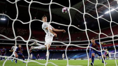 Роберт Левандовски забивает свой шестой гол во время четвертьфинала Лиги чемпионов в матче ФК Барселона - Бавария в стадионе Estadio da Luz в Лиссабоне. Португалия 14 августа 2020 года