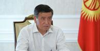 Президент Сооронбай Жээнбеков Биринчи радиого маек куруп жатканда