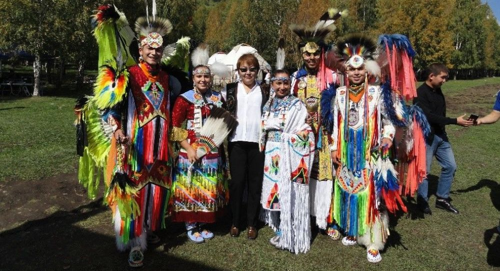 Кандидат филологических наук Салтанат Мамбаева и таанцевальная группа из племени Навахои Сиукс