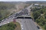 Фермеры отправились в Кишинев, чтобы провести акцию протеста. Полиция остановила основную массу тракторов на подступах к столице, пропустили только 20 тракторов из большой колонны.