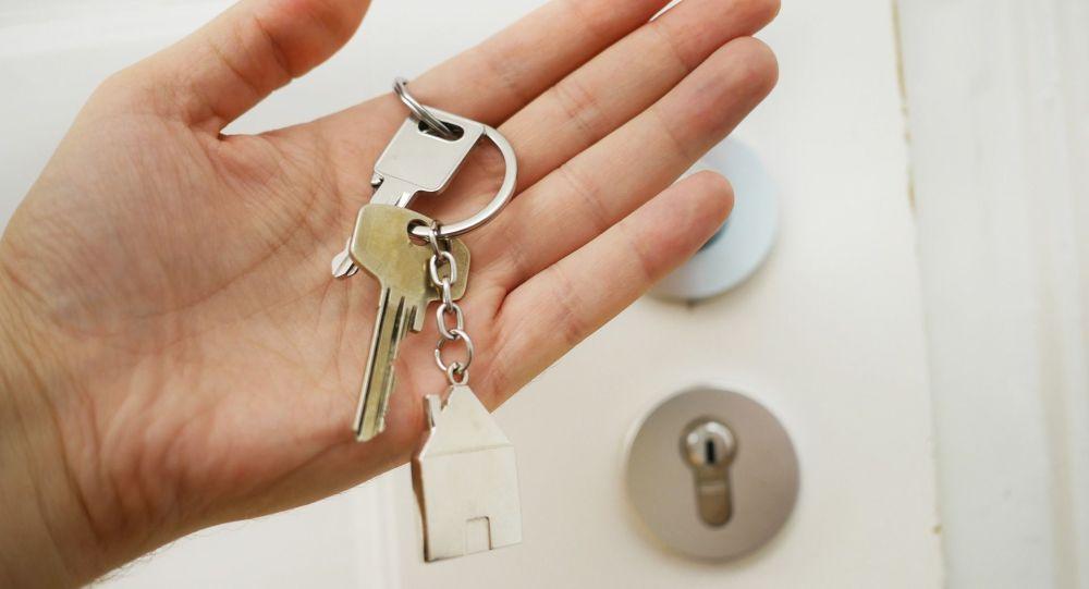 Мужчина держит ключи от квартиры. Иллюстративное фото