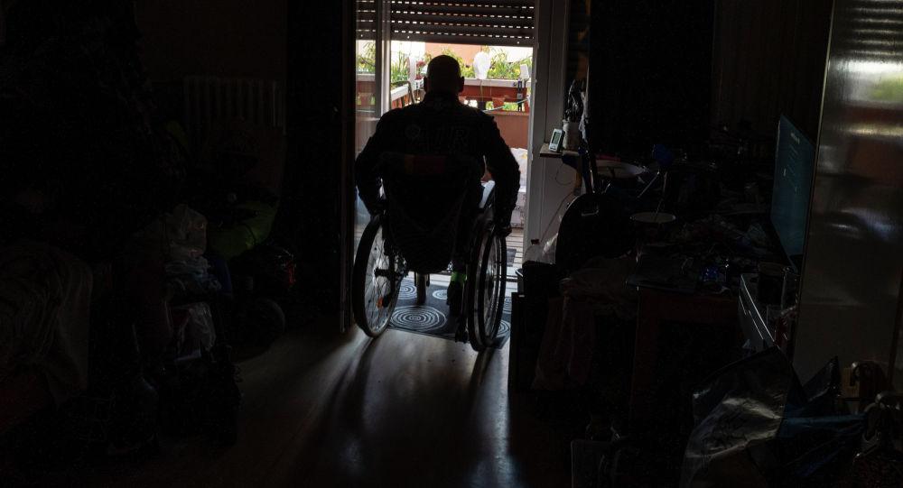 Мужчина в инвалидной коляске. Архивное фото