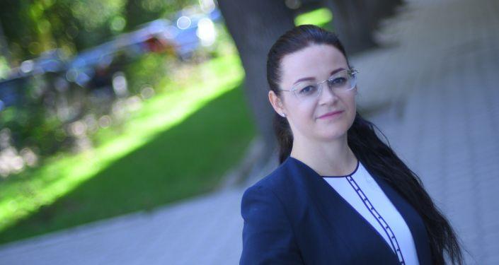 Вице-мэр столицы по социальной политике Виктория Мозгачева возле офиса Sputnik Кыргызстан
