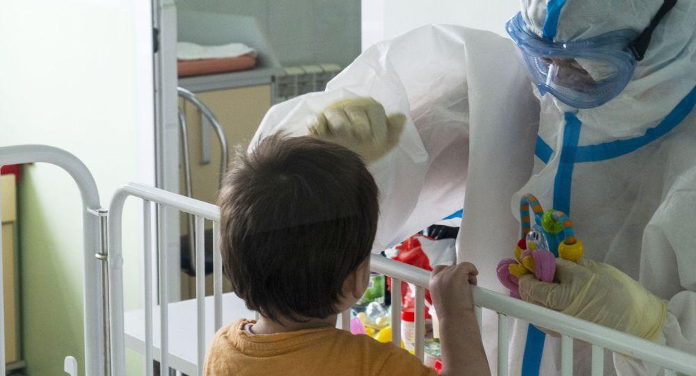 Медик с юным пациентом больницы. Архивное фото