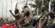 Празднование малийских солдат по прибытии на площадь Независимости в Бамако 18 августа 2020 года