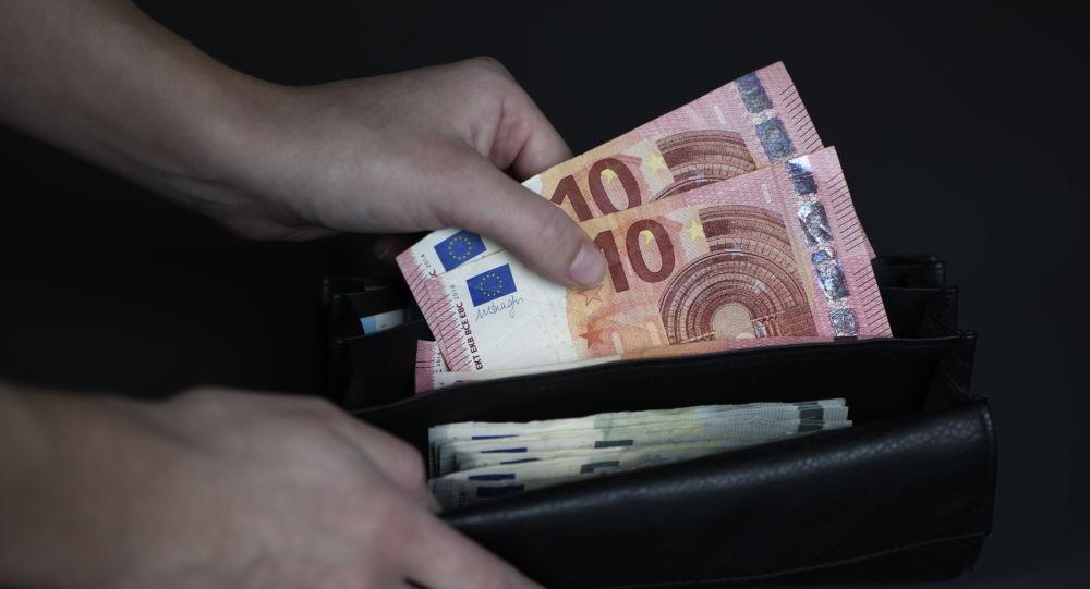 Банкноты евро, которые вынимают из бумажника. Архивное фото