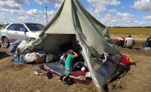 Стихийный лагерь с кыргызстанцами на границе с Казахстаном. Архивное фото