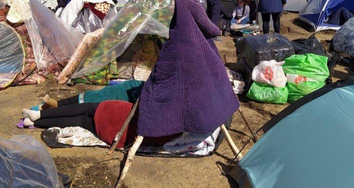 Стихийный лагерь с кыргызстанцами на границе с Казахстаном в Бузулукском районе Оренбургской области