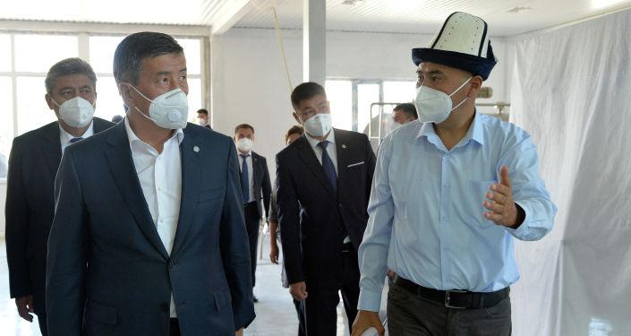 Президент Кыргызской Республики Сооронбай Жээнбеков в рамках рабочей поездки в Нарынскую область ознакомился с деятельностью предприятия по переработке молока в Кочкорском районе. 19 августа 2020 года