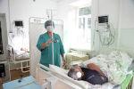Медик с пациентами в Ат-Башинской районной территориальной больницы. Архивное фото