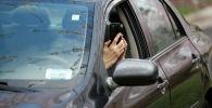 Водитель с телефон. Архивное фото