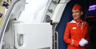 Стюардесса на борту пассажирского самолета. Архивное фото