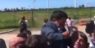 Президент Бразилии Жаир Болсонару подвергся насмешкам пользователей соцсетей, приняв карлика за ребенка и подняв его над толпой.