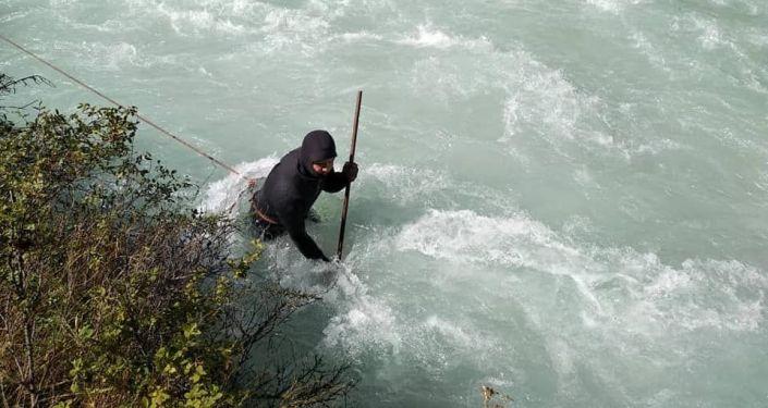 Водолаз во время поисковых работ девушки, которая упала в реку Аламедин.